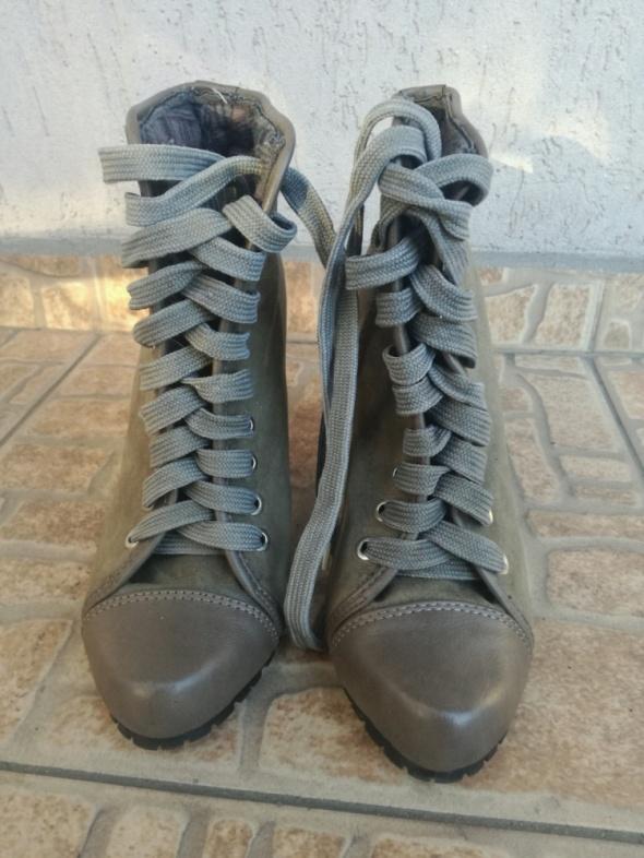 militarne sznurowane botki