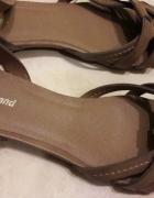 Nieużywane beżowe sandały