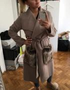 Płaszcz z futerkiem na kieszeniach