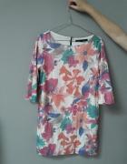 Sukienka w kolorowe kwiaty...