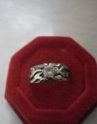 Srebrny ozdobny pierścionek obrączka z cyrkonią