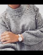 Jasno szary sweterek z perelkami