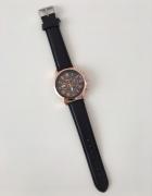 Czarny zegarek z tarcza w kolorze różowego złota