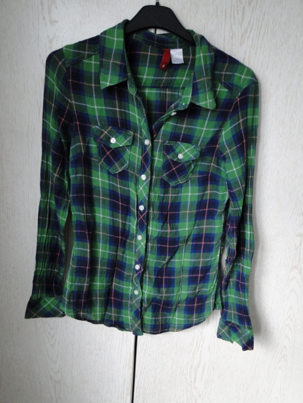 Koszula w kratę z łatami na rękawach