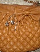 Pikowana torebka na ramię listonoszka...