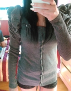 Szary ciepły sweterek z kokardką