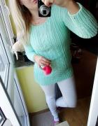 Miętowy sweter pleciony warkocz