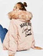 Kurtka zimowa z napisem na plecach pudrowo różowa futro futerko pastelowy Bershka S