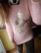 Sweter pudrowy róż cieplutki konik koń