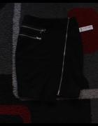 Czarna mini spódnica lekko asymetryczna z zamkami...