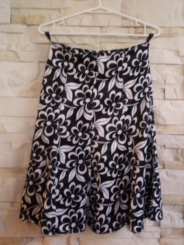 Czarna biała elegancka rozkloszowana spódnica midi