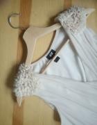 Pudrowa sukienka ze zdobionymi ramionami rozm 36