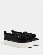 Buty sportowe z gumkami i ozdobnymi kwiatami...