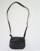 czarna mała torebka na ramię lub przez ramię