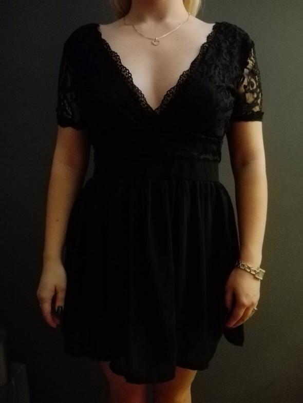 Piękna koronkowa czarna sukienka...