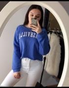 kobaltowa bluza z białym napisem krótka chabrowa bluza s m l college