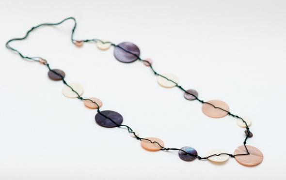 Korale Naszyjnik na sznurku Promod w kolorach pastelowych