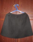 Rozkloszowana czarna pikowana spódnica rozmiar M