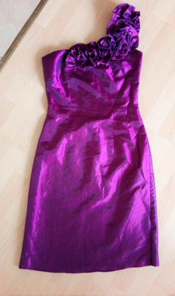 Fioletowa sukienka na jedno ramie