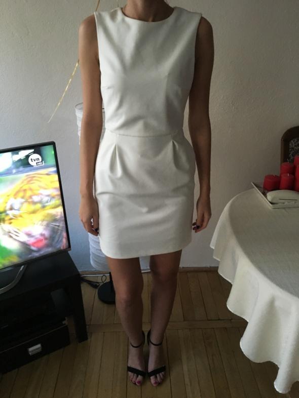 7e7a43568f Sukienka biała Zara z odkrytymi plecami w Suknie i sukienki - Szafa.pl