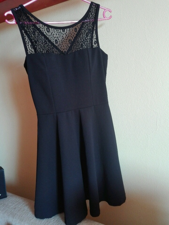 sukienka czarna z wycieciem I kokardą