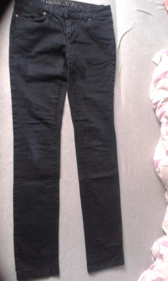 czarne długie jeansy...
