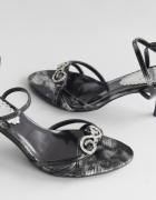 Czarno białe sandały 39