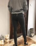 Grafitowe spodnie z zipem
