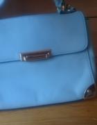 jasno niebieska torebka z złotymi elementami...