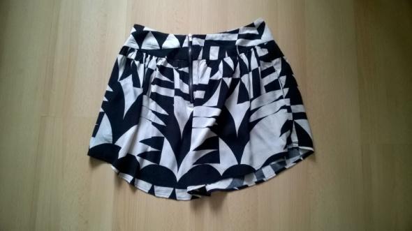 Czarno biała spódnica w asymetryczne wzory wycięta