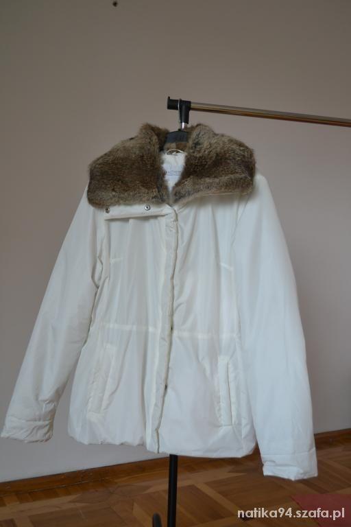 Biała kurtka z futrzanym kołnierzem ciepła na zime