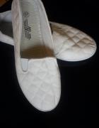 Białe nowe tenisuwki