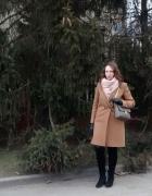 Camelowy płaszcz i pudrowy szal