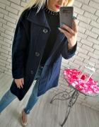 Granatowy wełniany płaszcz oversize z najnowszej kolekcji...