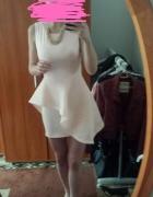Jasno różowa sukienka z koronkową sztywna falbanka...