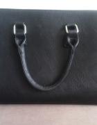 Czarna torba Stradivarius...