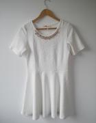 Biała rozkloszowana sukienka w kwiaty z ozdobną kolią NOWA rozm 40 L