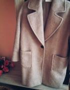 Piękny elegancki beżowy płaszcz