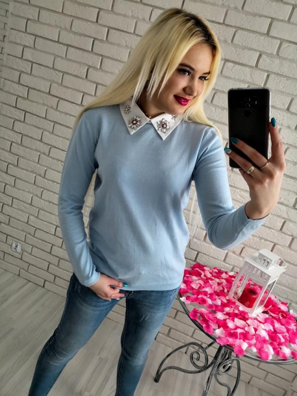 Błękitny sweter z ozdobnym kołnierzykiem...