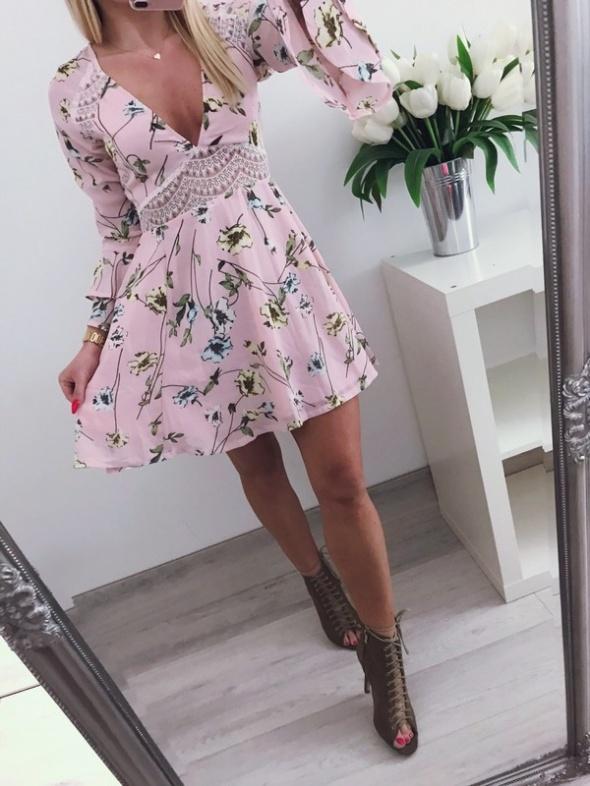 Codzienne Cudowna pudrowa sukieneczka