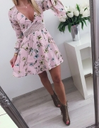Cudowna pudrowa sukieneczka