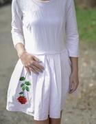 Sukienka z haftowaną różą M