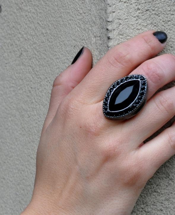 Pierścionki pierścionek z czarnymi kamieniami