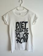 biała bluzka z nadrukiem fit