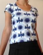 Biała bluzka w niebieskie wzory z krótkimi rękawki