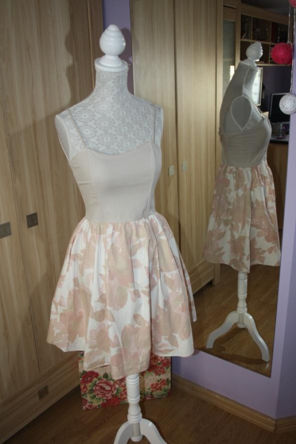 Delikatna sukienka kwiaty