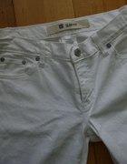 białe jeansy