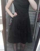 Czarna sukienka na grubych ramiączkach