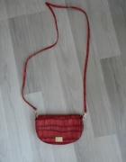 Czerwona torebka na długim pasku
