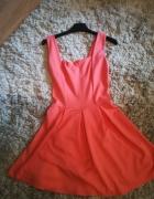 rozkloszowana sukienka z wyciętymi plecami